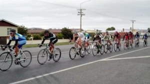 Gore to Invercargill 2011 - The Scratch bunch rolls through Mataura
